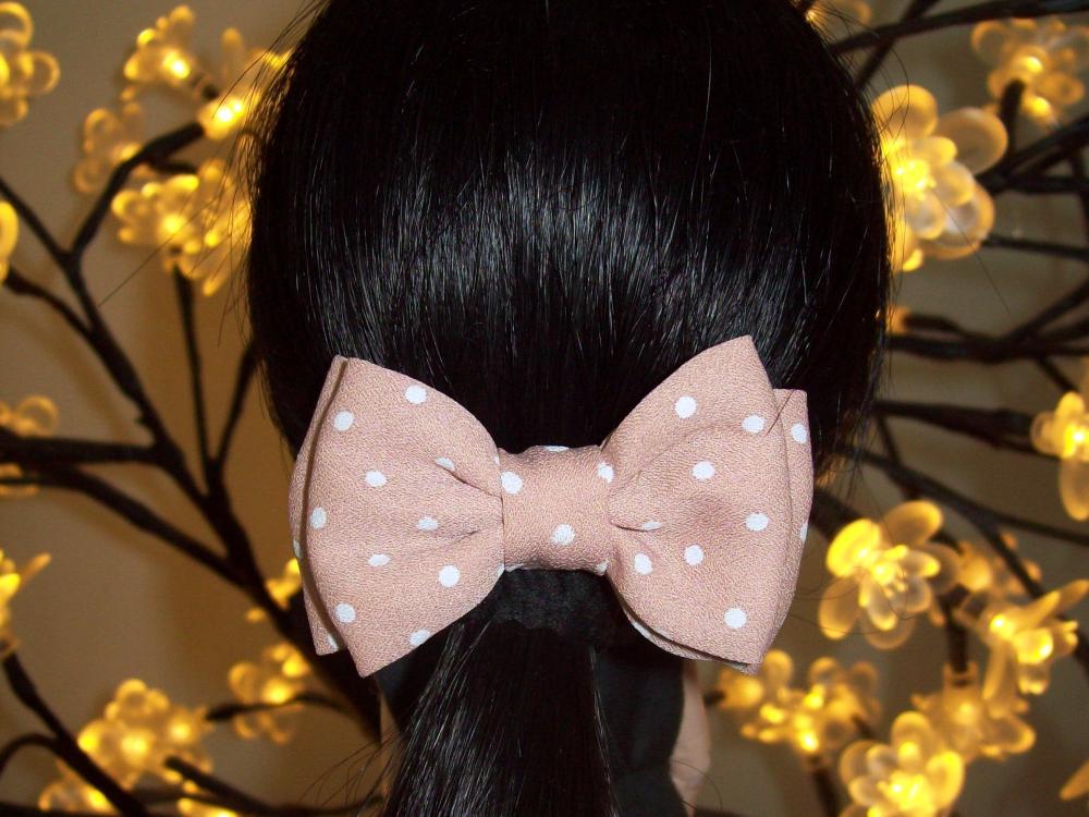 Garota do laço cor-de-rosa