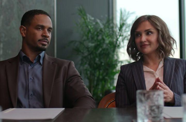 Imagem do filme Amor Garantido retratando uma cena de reunião onde a advogada Susan está sentada à esquerda de seu cliente, Nick.