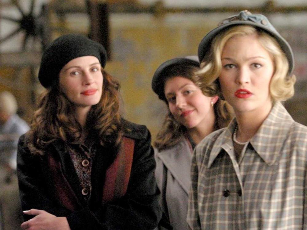 Katherine e suas alunas Giselle Levy (Maggie Gyllenhaal) e Joan Brandwyn (Julia Stiles).