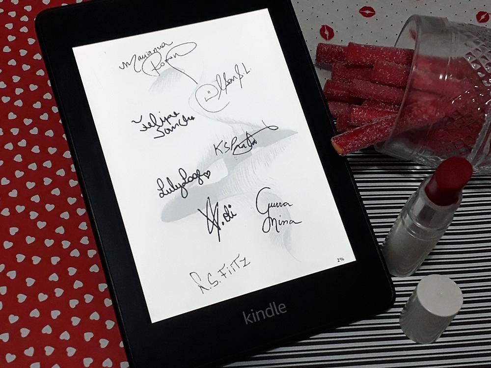 Aparelho Kindle ligado na página de autógrafos do livro, que conta com assinatura dos autores das oito crônicas poesias da publicação.. O aparelho está inserido no mesmo cenário das outras fotos.